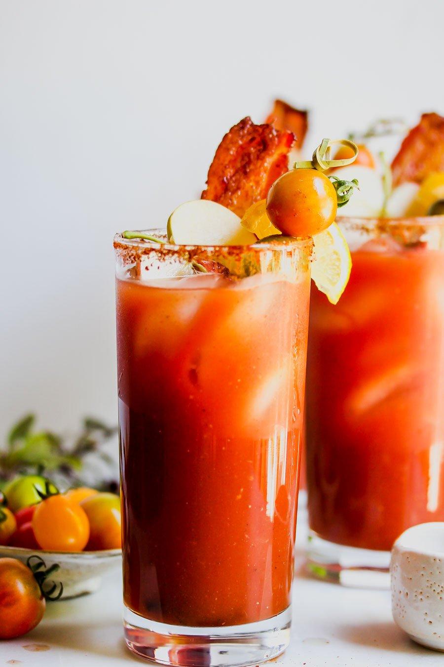 Bloody Mary Rezept Kirschtomaten und Bacon zum Garnieren
