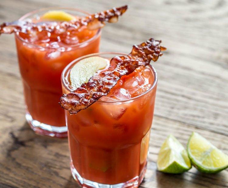 Bloody Mary mit Bacon garnieren schmackhaft
