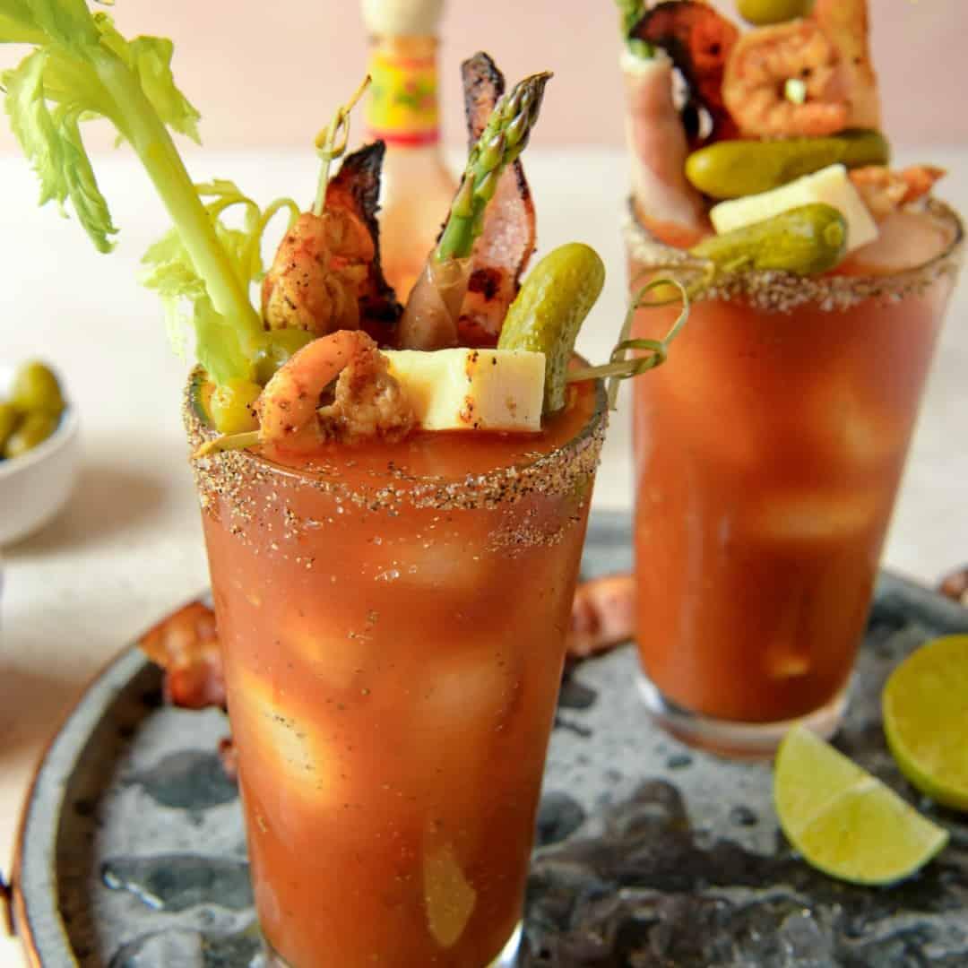 Bloody Mary Rezept Serviervorschlag mit Fingerfood garniert