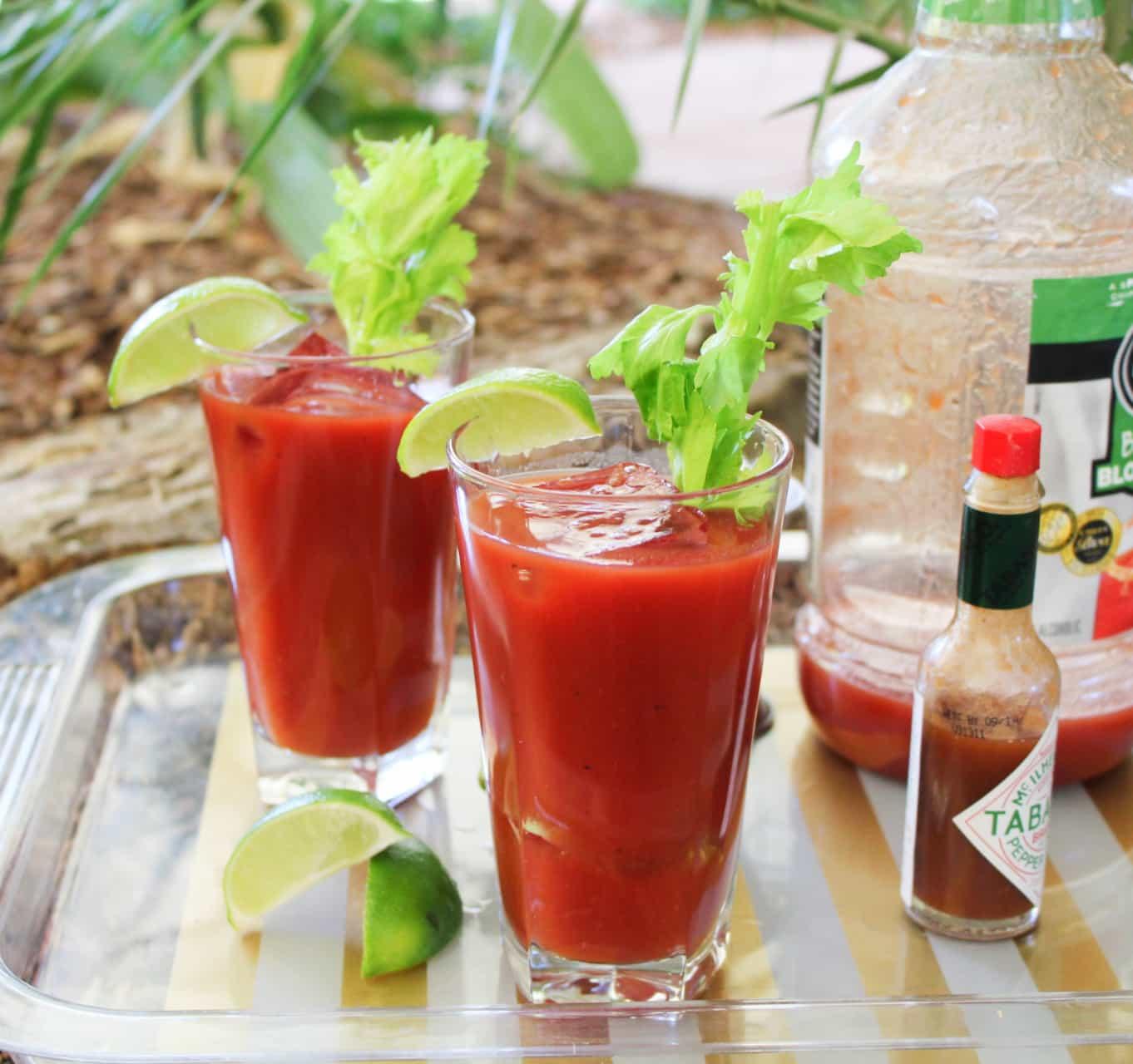 Bloody Mary mit Tabasco Soße und einer Scheibe Limette