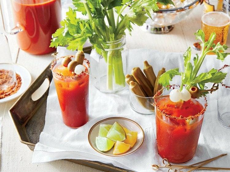 Bloody Mary servieren mit leckeren Spießen