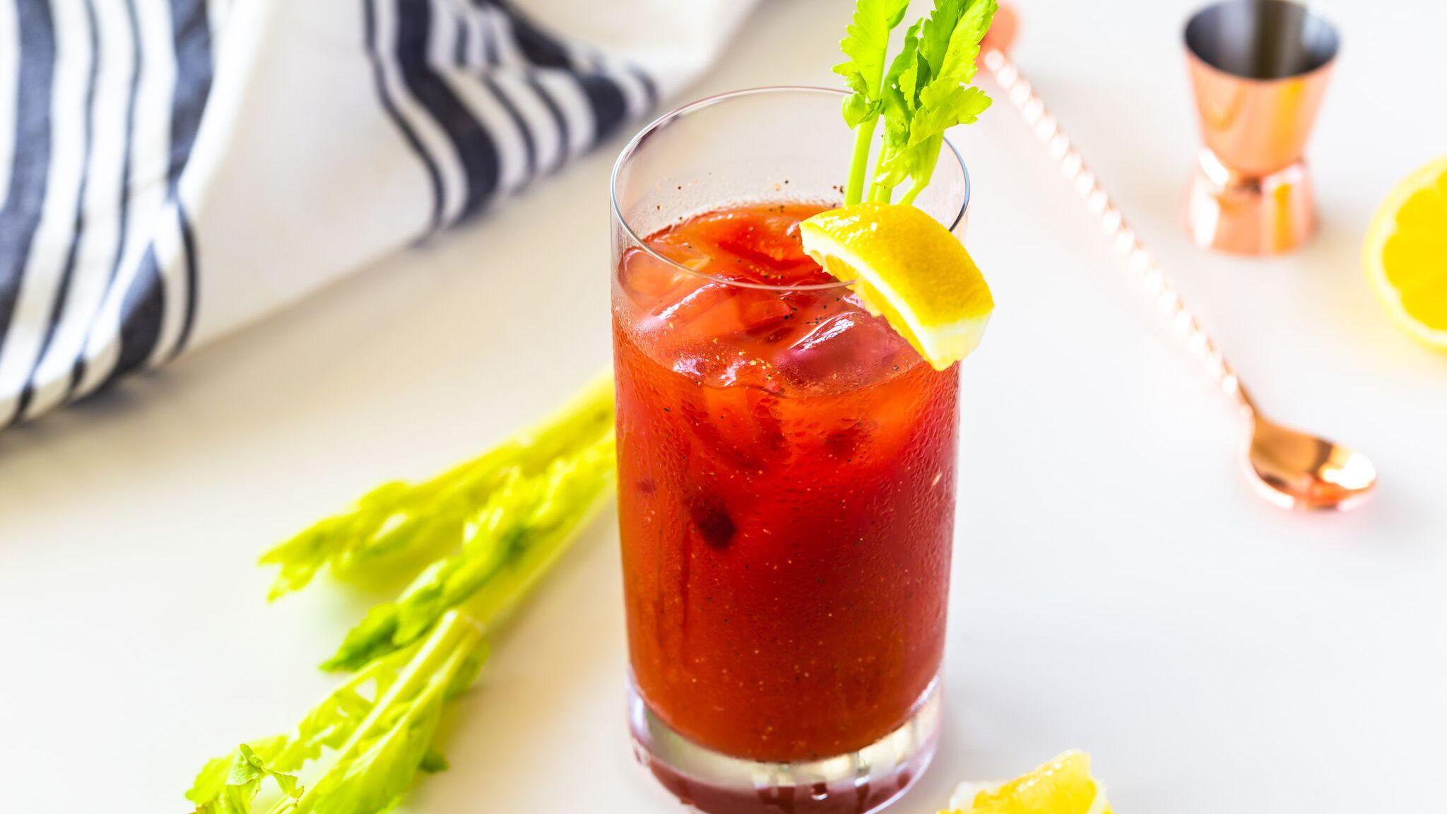 Cocktail zubereiten Wodka und Tomatensaft Anleitung