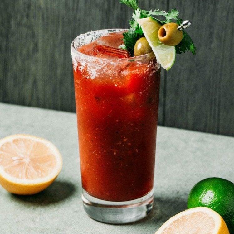 Cocktail Wodka Tomatensaft Eiswürfel Oliven Spieß