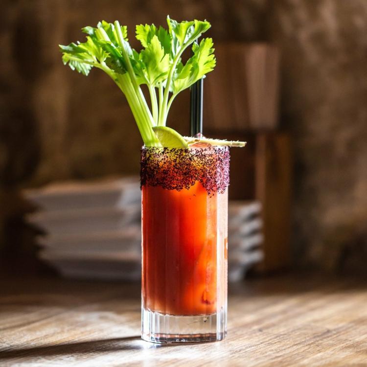 Bloody Mary mit einer Stange Staudensellerie servieren