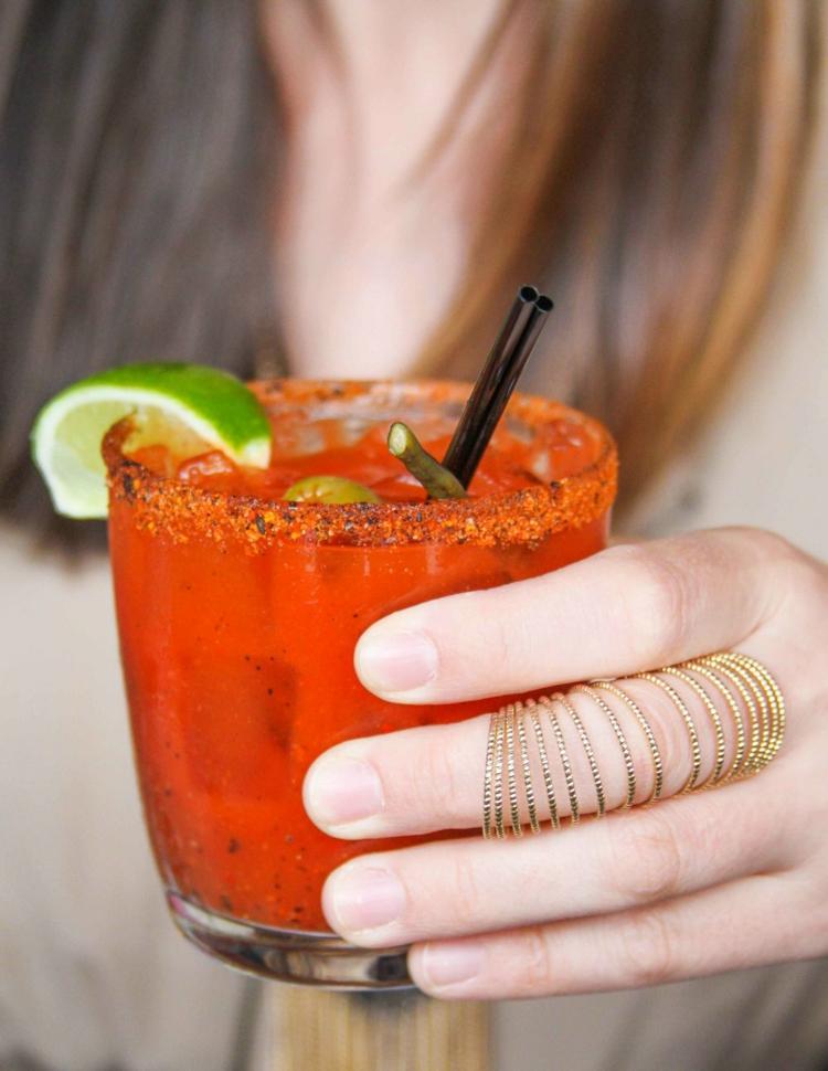Wodka und Tomatensaft würziger Sommercocktail