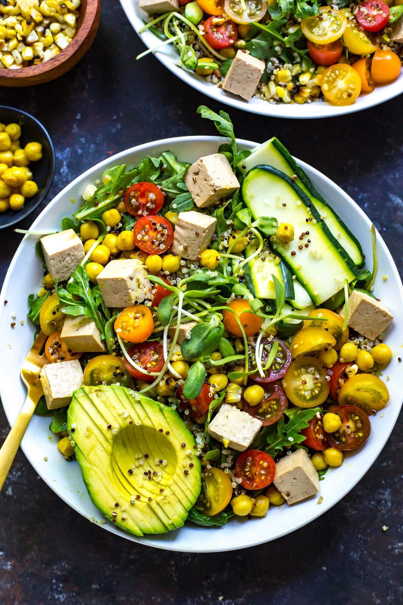 Buddha Bowl Avocado Feta Käse Zucchini