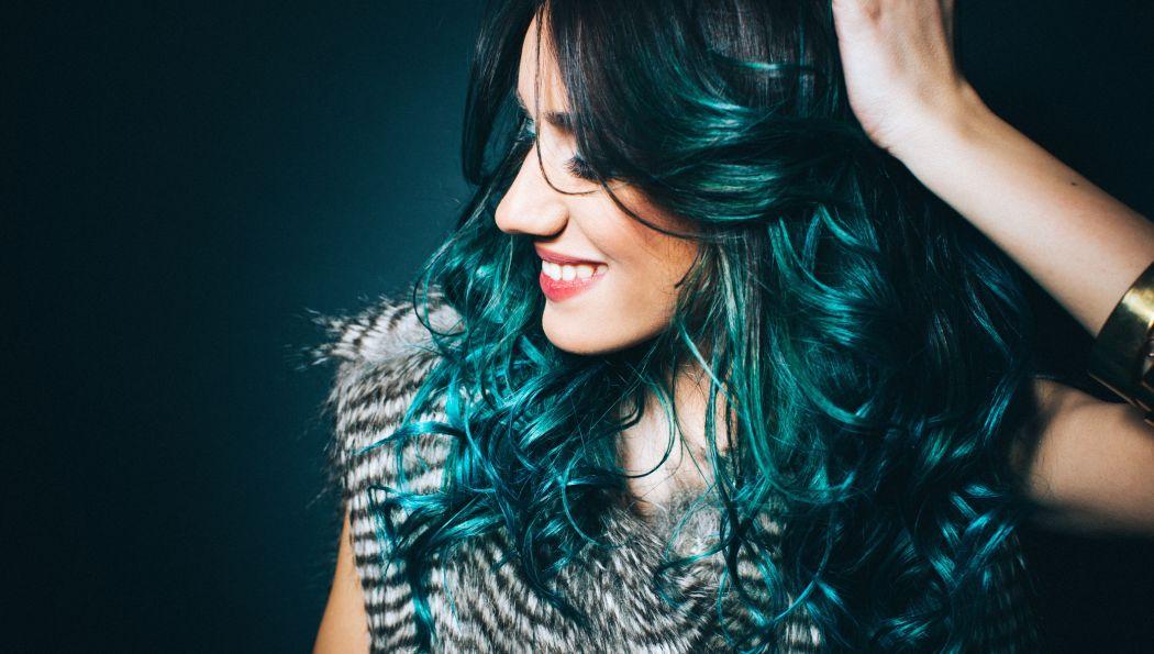 dunkelgrüne Haare moderner Look