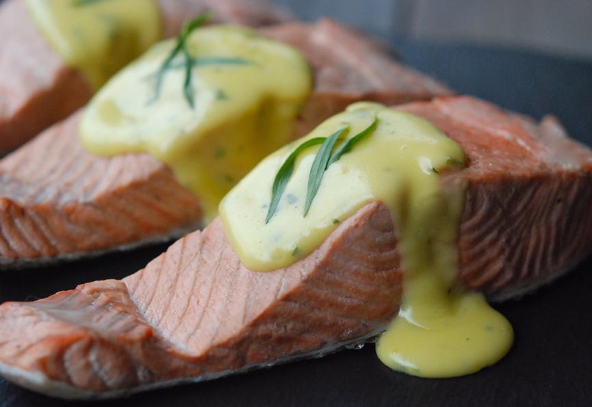 Fisch mit Sauce Hollandaise abschmecken