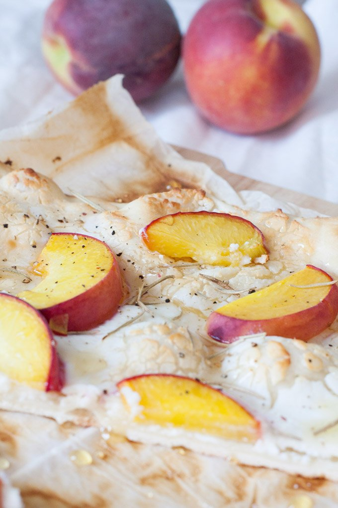 Flammkuchen mit Ziegenkäse und Pfirsichen DIY