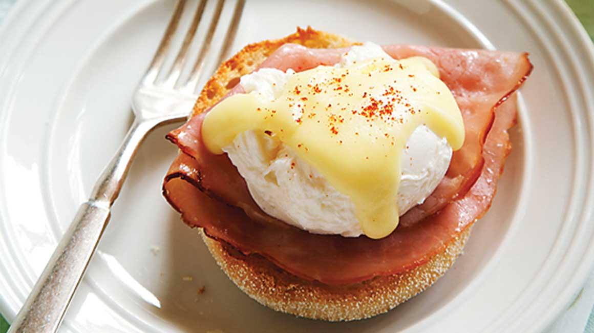 Frühstück Eier Bacon garnieren Buttersoße