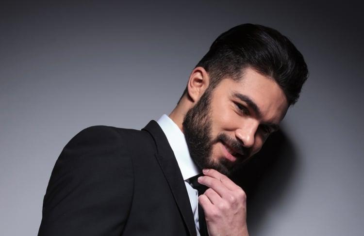 Frisur mit Bart Haare nach hinten gekämmt
