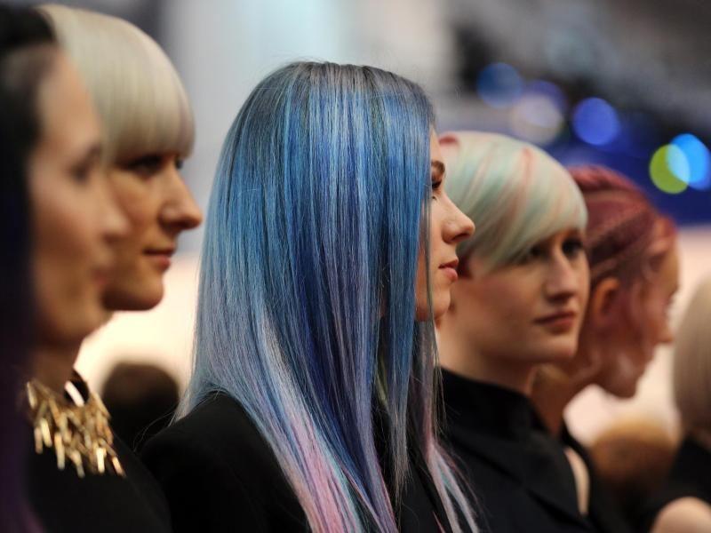 bunte Haare färben Pastellblau