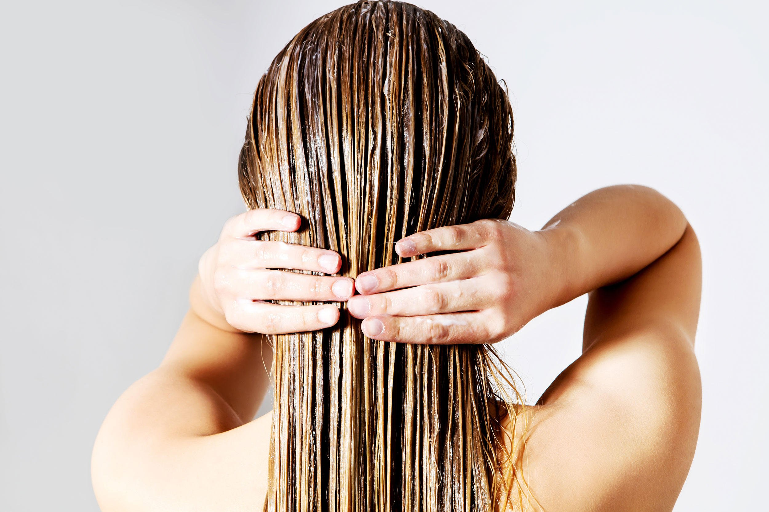 Haarmaske selber machen und auf die Haare auftragen