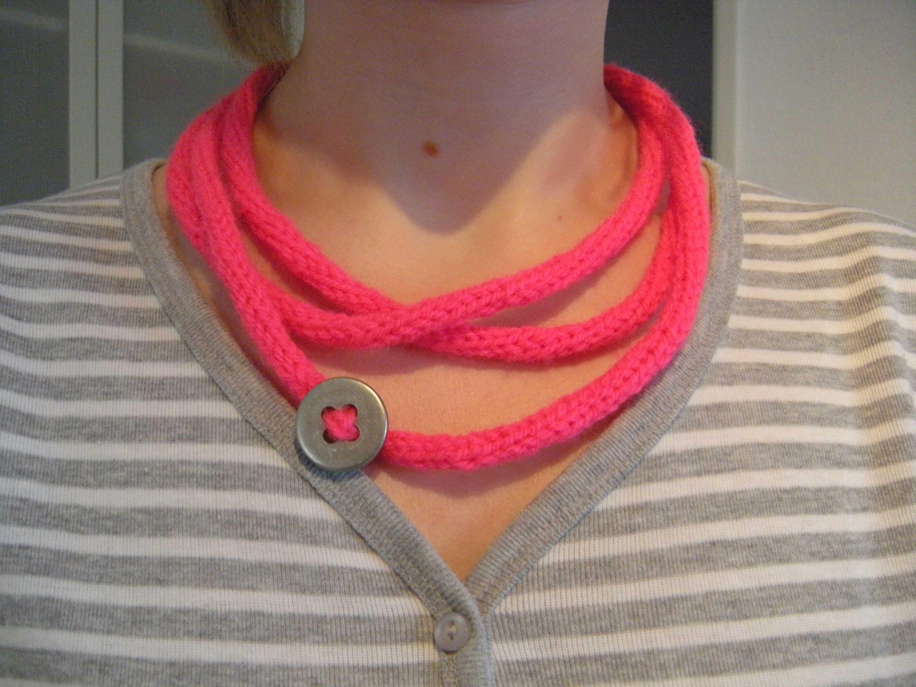 Halskette mit Knopf gestrickt tolle Idee