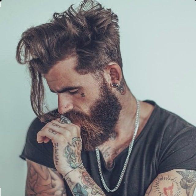 Hipsterfrisur mit Bart lässig