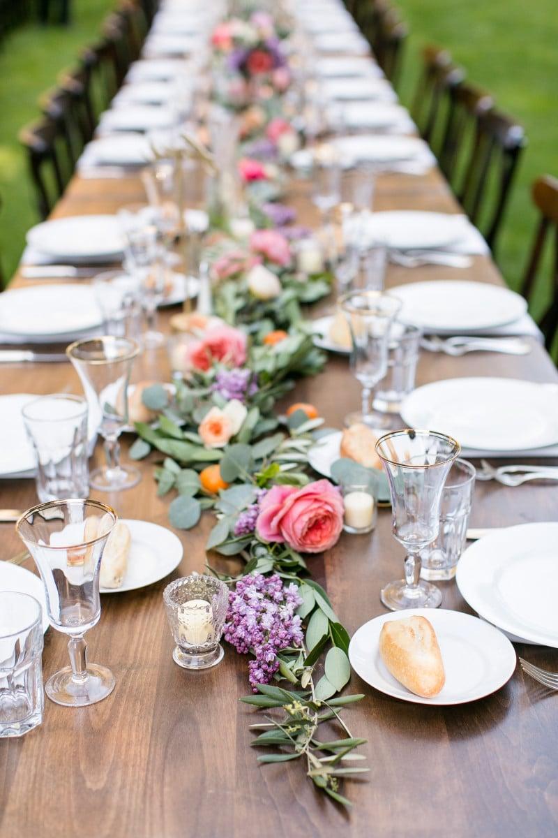 Tischdeko mit frischen Blumen herrlicher Look