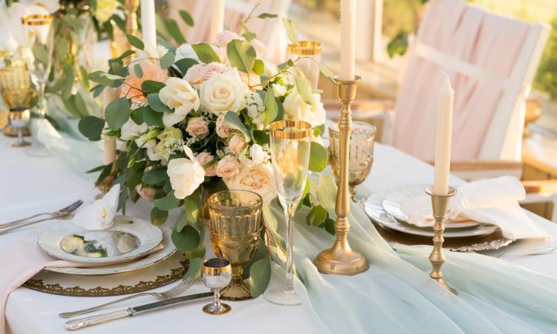 Tischdeko Ideen Kerzenhalter golden Rosenstrauß