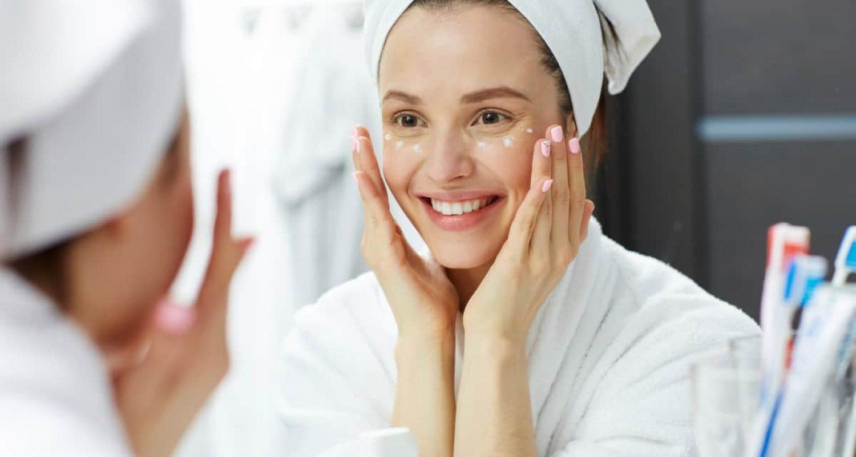 Creme auftragen Falten junge und hydratierte Haut