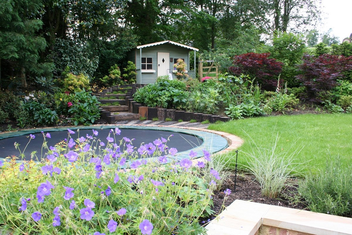 Bodentrampolin eingebaut Spielplatz Garten