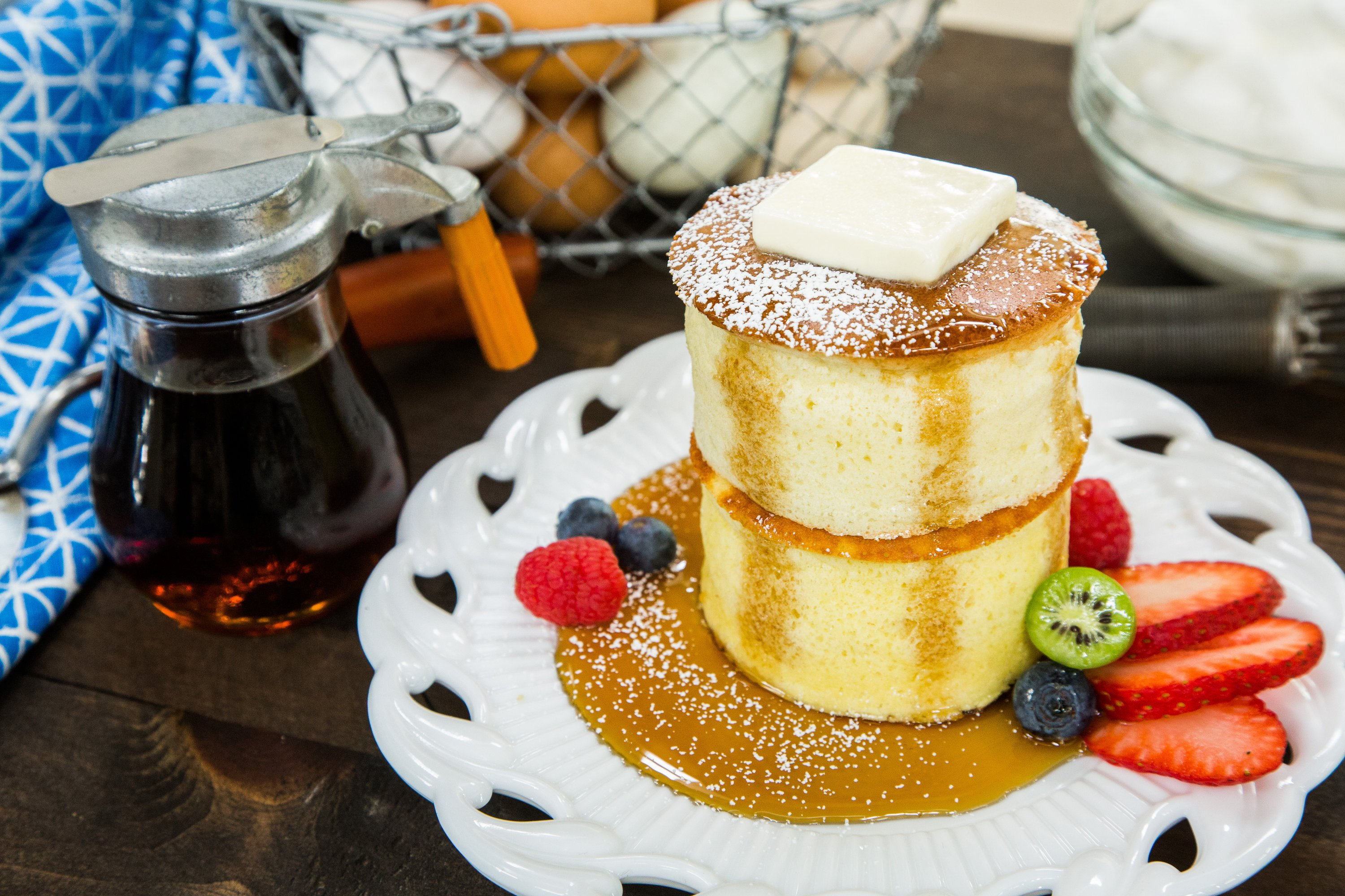 Pancakes fluffig Butter Honig frisches Obst