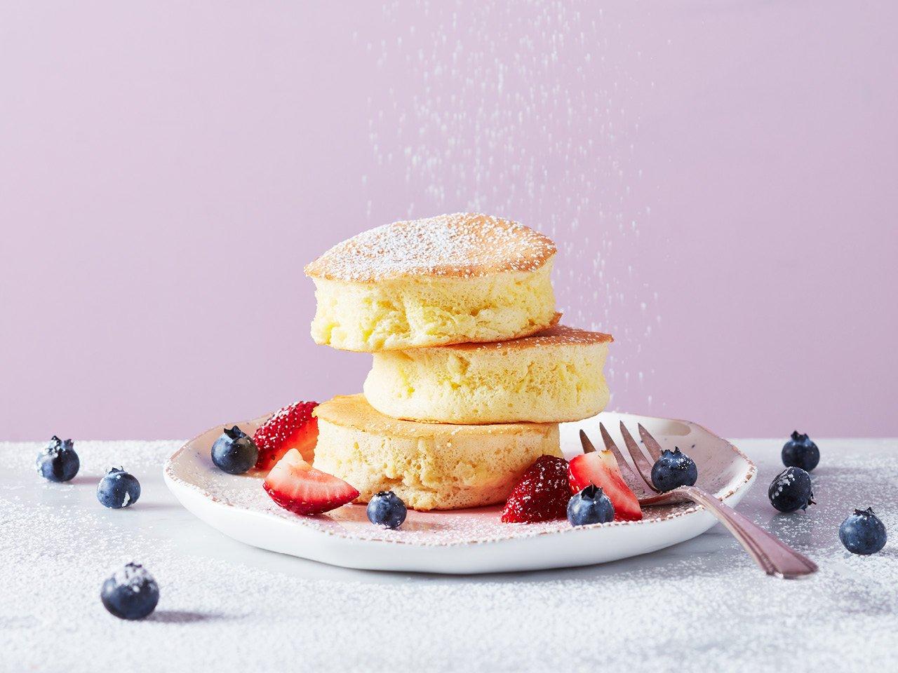 Pancakes jaanischer Art servieren mit Puderzucker bestäuben
