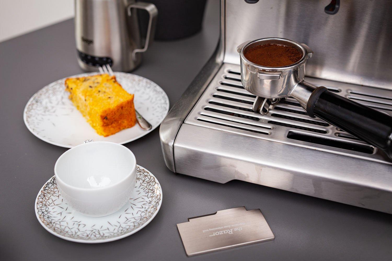 Möhrenkuchen mit einer Tasse Kaffee servieren
