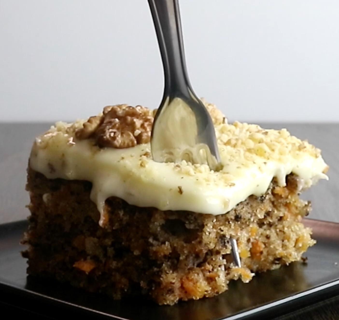 Karottenkuchen mit Walnüssen und Zuckerguss wirklich schmackhaft