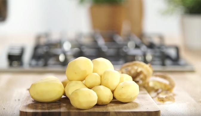 Erdäpfel schälen kochen