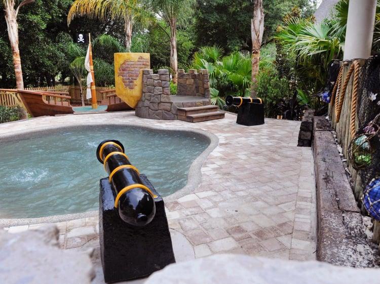 Spielplatz im Garten Pool Burg Piraten