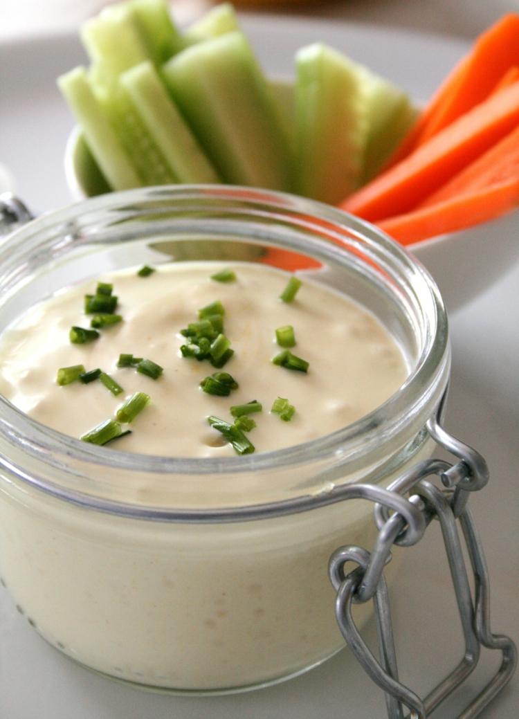 Mayonnaise selber machen vegan mit frischem Gemüse servieren
