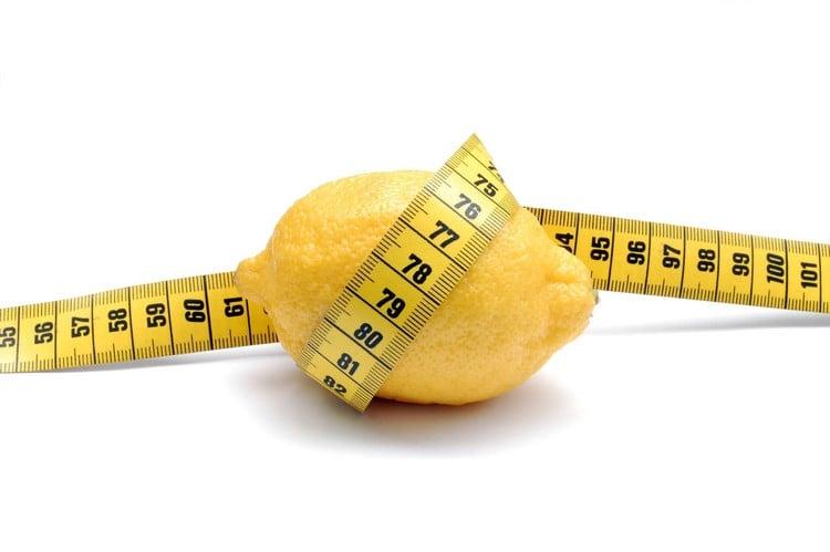 Zitronenwasser hilft beim Abnehmen
