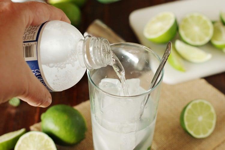 Cocktails zubereiten weißer Rum Sodawasser
