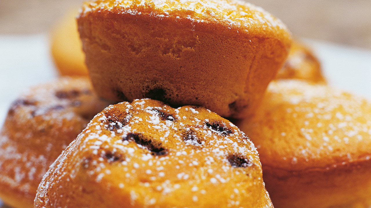 Muffins mit Trockenfrüchten und Puderzucker