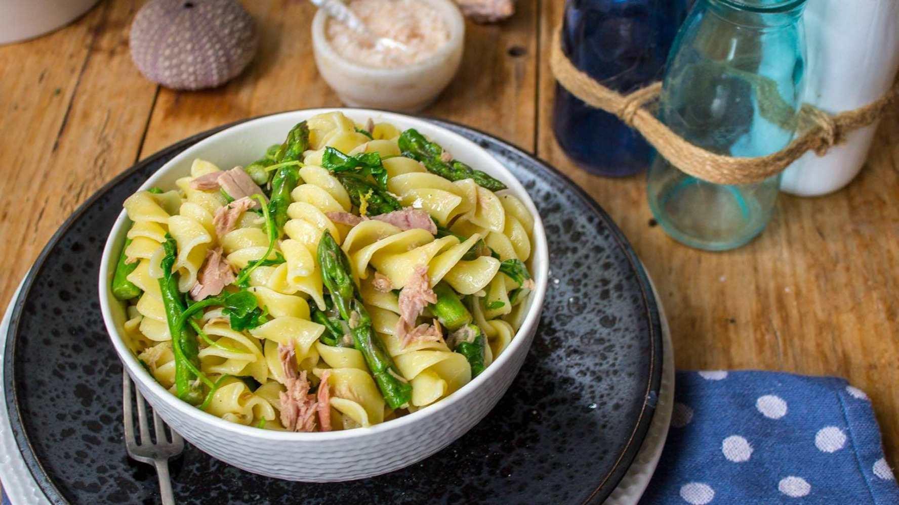 Nudeln zubereiten mit Thunfisch und Spargeln