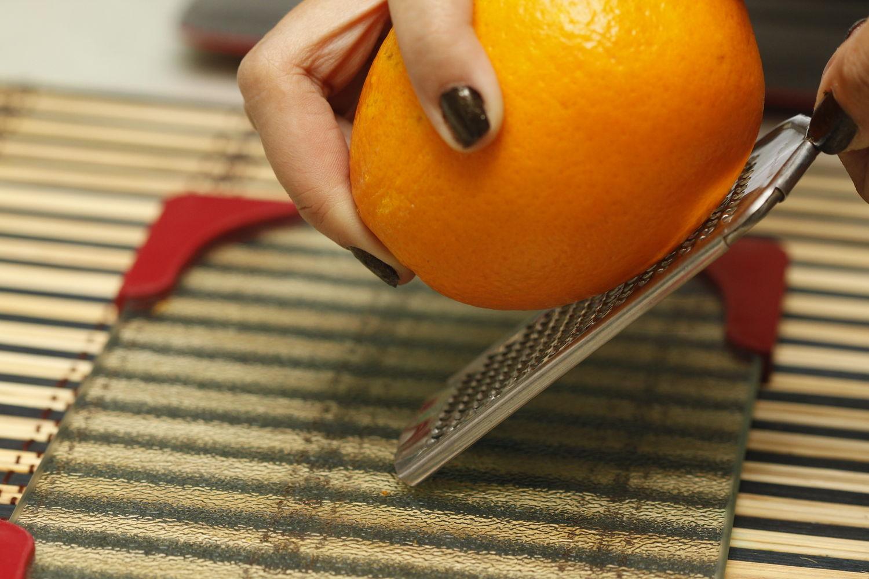 Orange Schale reiben