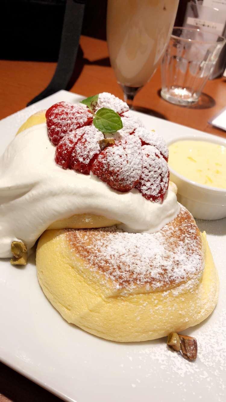 Pancakes fluffig Erdbeeren Sahne Puderzucker
