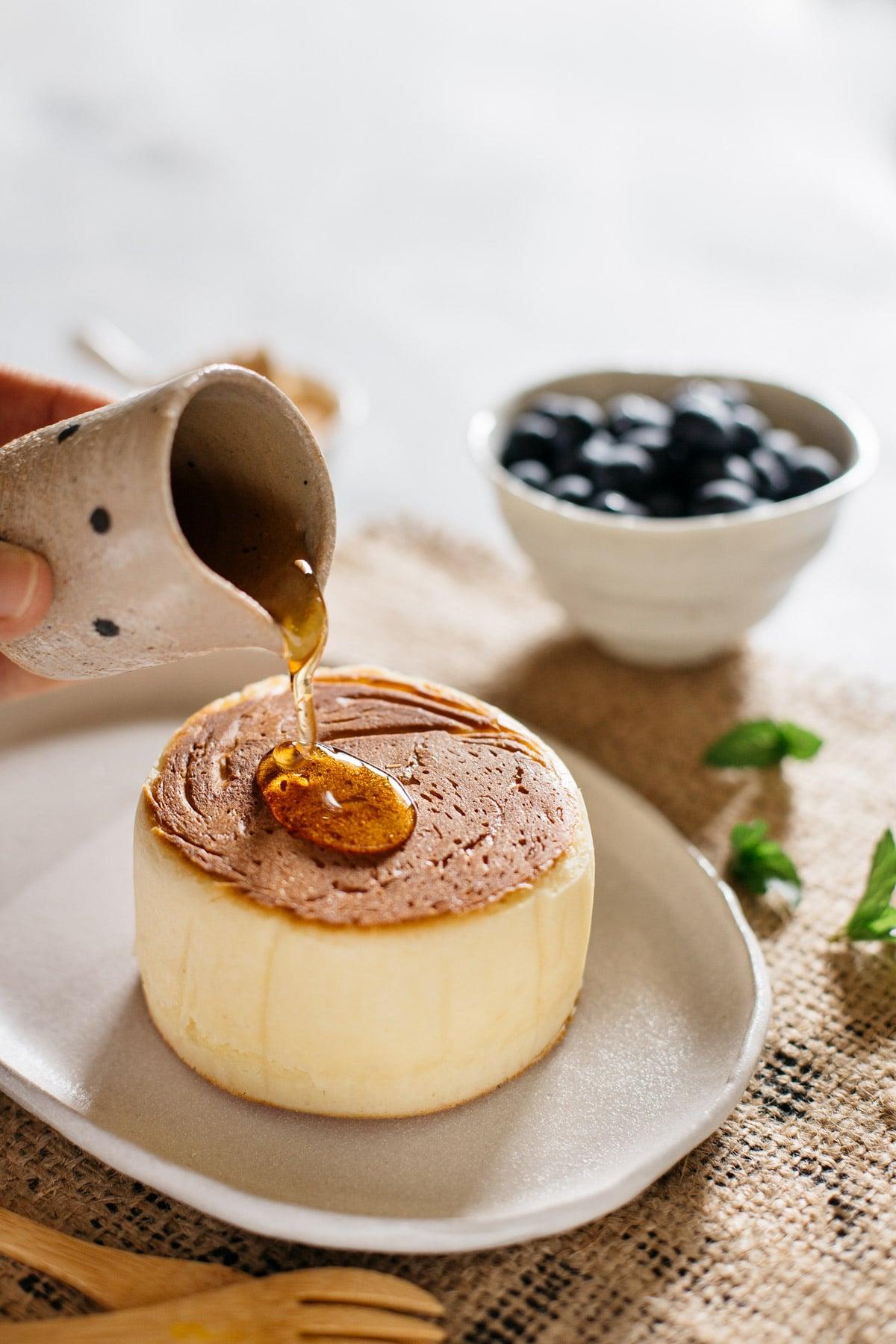 Pancakes mit Ahornsirup garnieren japanisch