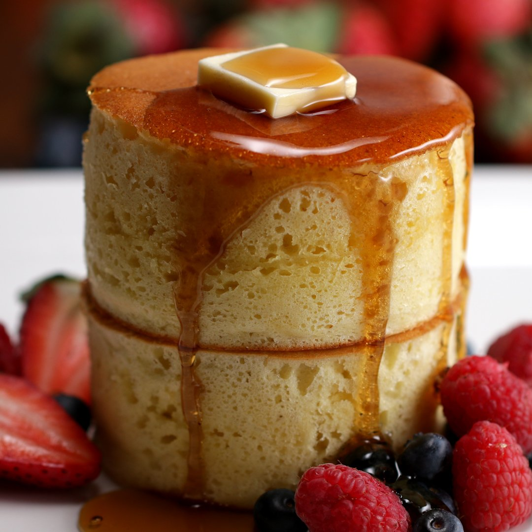 fluffige Pancakes mit Butter und frischen Früchten