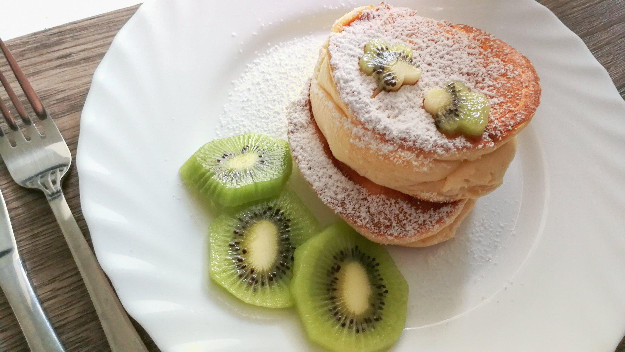 fluffige Pancakes mit Puderzucker und Kiwi