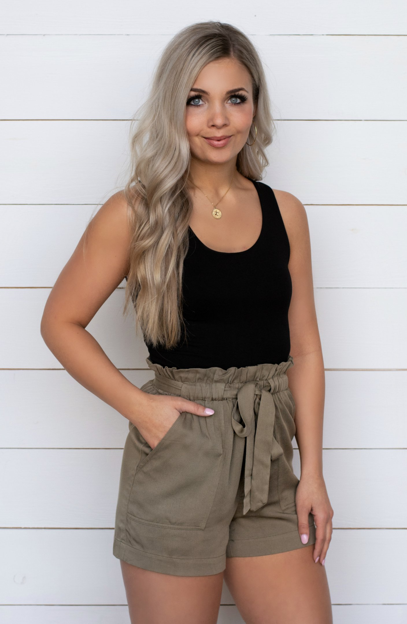 beige Paperbag Shorts Top schwarz moderner Look