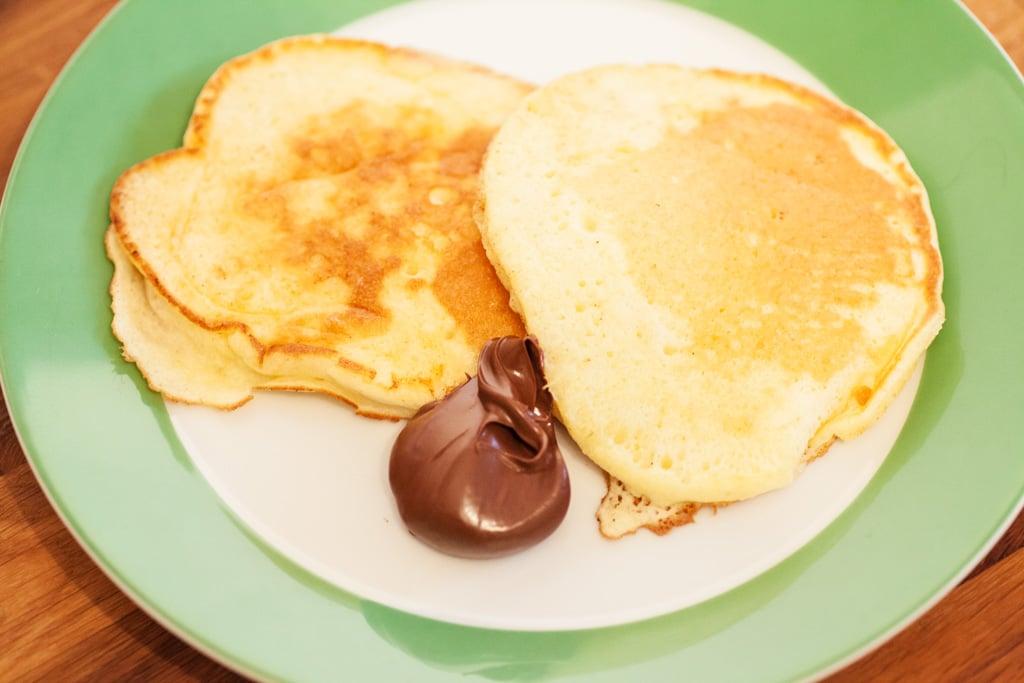 Pancakes japanischer Art mit flüssiger Schokolade
