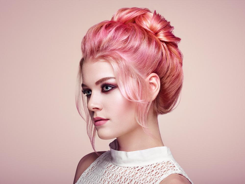pastellrosa Haare elegante Duttfrisur