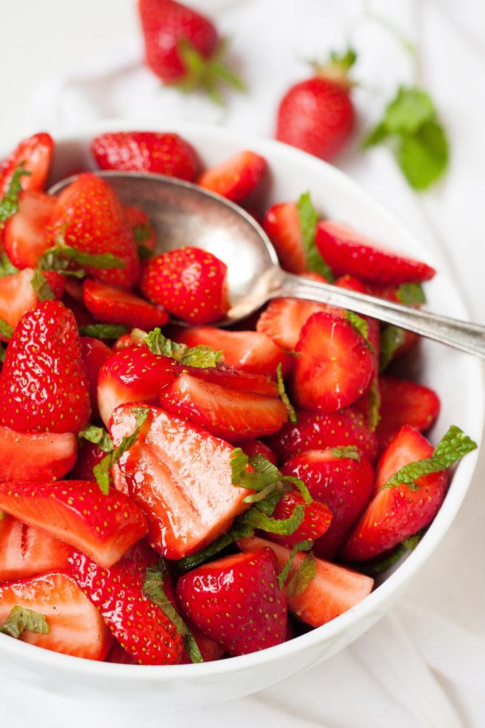 leckerer Obstsalat Erdbeeren Minze Limettensaft