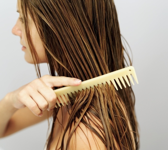 Haarmaske auftragen sie die Haare kämmen