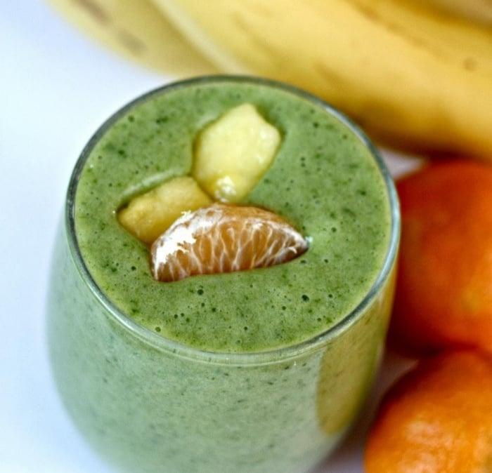 gesundes Frühstück Smoothie mit Spinat und Früchten