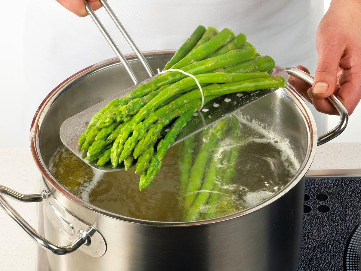 grüne Spargel portionsweise bündeln