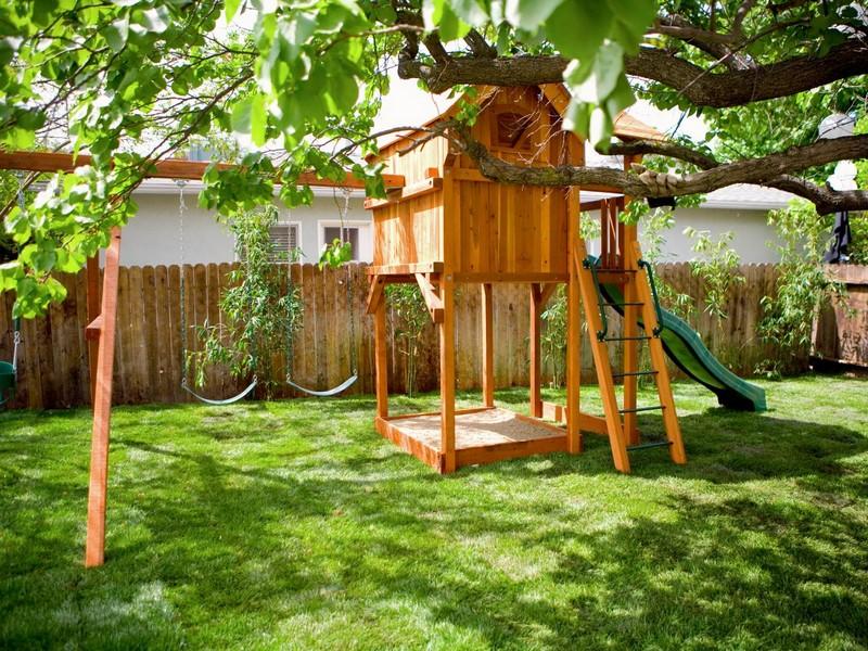 Stelzenhaus mit Rutsche selbstgebaut Garten