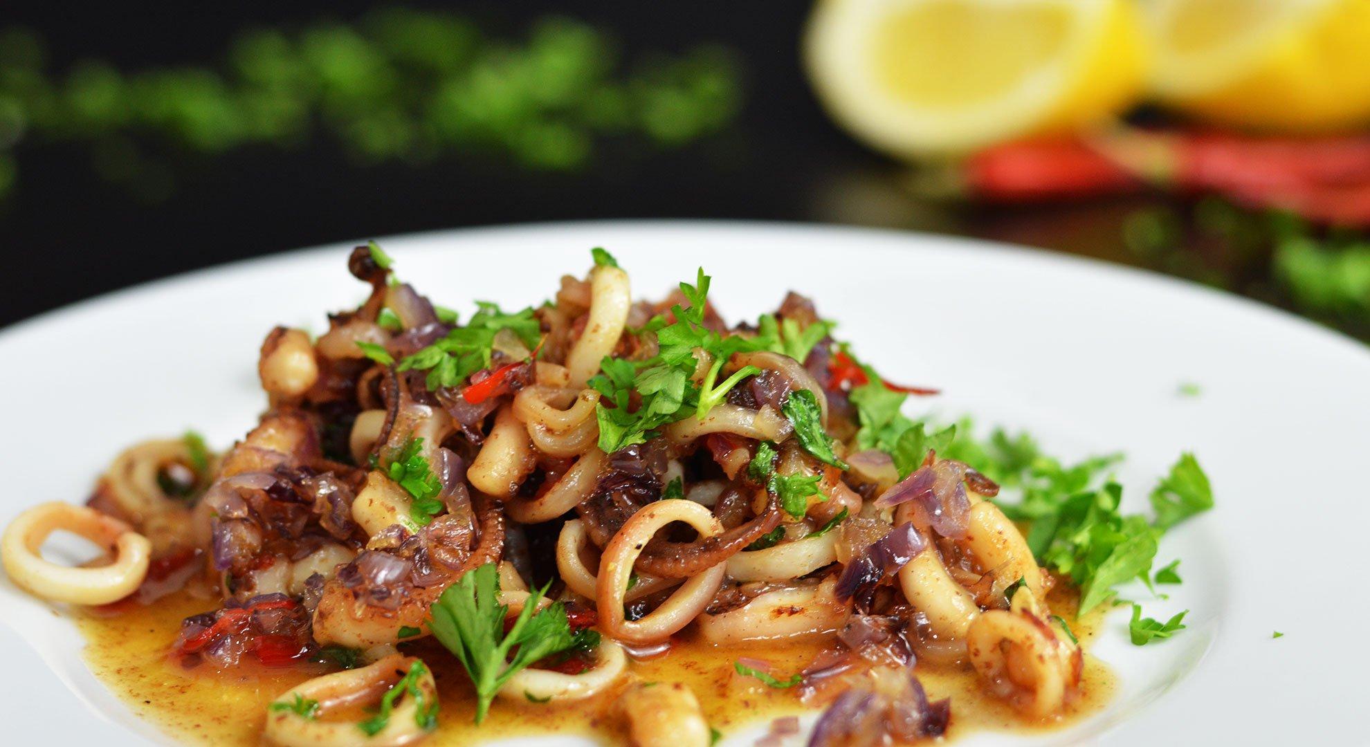 Tintenfisch Rezept gebraten mit Gemüse und frischer Petersilie