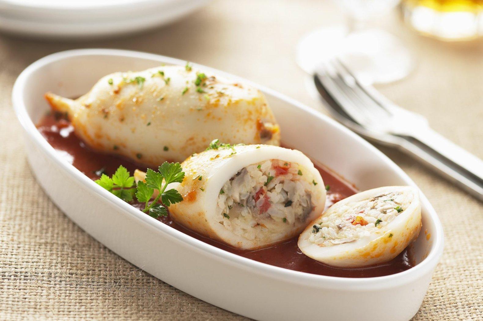 Tintenfischtuben gefüllt mit Soße