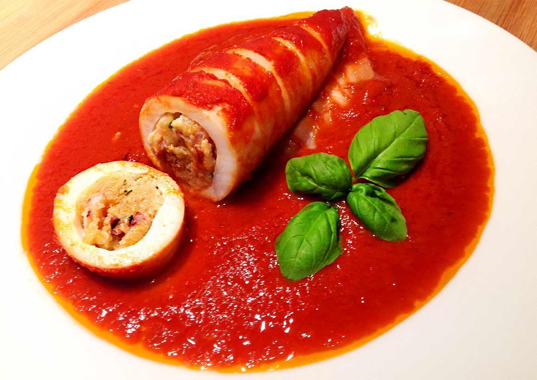 Tintenfischtuben gefüllt mit Hackfleisch Tomatensoße